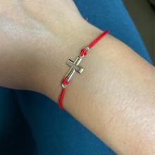 Гривна с червен конец и 14 карата златен елемент кръст B52