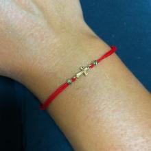 Гривна с червен конец и 14 карата златен елемент кръст B53