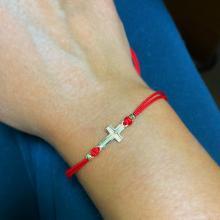 Гривна с червен конец и 14 карата златен елемент кръст B55