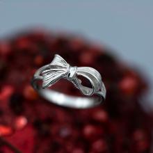 Сребърен пръстен с панделка